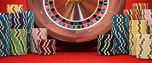 geposeerde foto met tal van casino attributen
