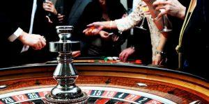 mensen verzameld om een roulettewiel